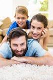 说谎在地毯的父母和儿子画象  库存照片