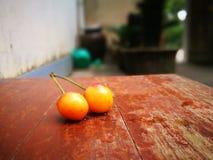 说谎在地面的更加多雨的樱桃果子有另外背景 免版税库存图片