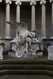 说谎在坟茔的天使的雕象后悔损失 免版税图库摄影