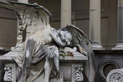 说谎在坟茔的天使的雕象后悔是的损失 库存图片