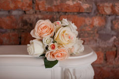 说谎在壁炉的玫瑰花束  免版税库存照片