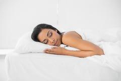 说谎在她的床上的镇静睡觉的妇女 免版税库存图片