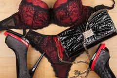 说谎在层压制品的女用贴身内衣裤、鞋子和袋子 免版税图库摄影