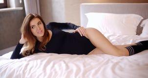 说谎在床上的可爱和相当女孩 影视素材