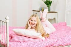 说谎在床上的女孩 免版税库存图片