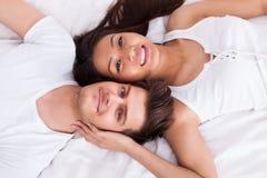 说谎在床垫的年轻夫妇 库存照片