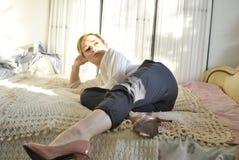 说谎在床02上的年轻女性模型 免版税图库摄影
