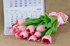 说谎在日历的桃红色郁金香花束  免版税图库摄影