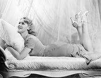说谎在有她的腿的一个轻便马车休息室的妇女(所有人被描述不更长生存,并且庄园不存在 供应商warran 免版税库存照片
