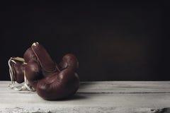 说谎在木板条的拳击手套 免版税库存照片