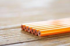 说谎在木桌上的铅笔 免版税库存照片