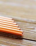 说谎在木桌上的铅笔 库存照片