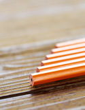 说谎在木桌上的铅笔 免版税库存图片