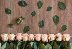 说谎在木背景的桃红色玫瑰 春天题材的背景 免版税库存照片