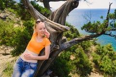说谎在树的妇女 免版税库存照片