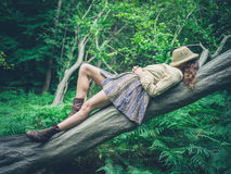 说谎在树的少妇在森林里 库存照片