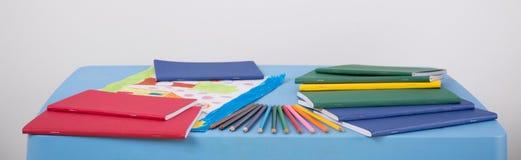 说谎在桌上的学校设备 免版税库存照片