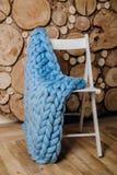 说谎在椅子的厚实的毛线 免版税库存照片