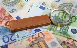 说谎在欧洲钞票的放大镜 库存图片