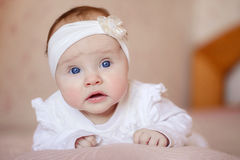 说谎在毯子的一个逗人喜爱的3个月大婴孩的画象 免版税库存图片