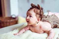 说谎在毯子的赤裸婴孩 免版税库存图片