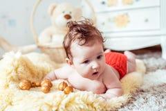 说谎在毯子的赤裸婴孩 免版税图库摄影
