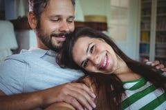 说谎在沙发的愉快的夫妇在客厅 免版税图库摄影