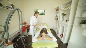 说谎在沙龙的床上和接受lipo按摩做法的妇女 影视素材