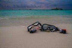 说谎在沙滩的面具和废气管 背景例证海运向量通知 库存图片