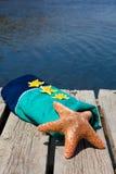 说谎在海滩毛巾的海星 库存照片