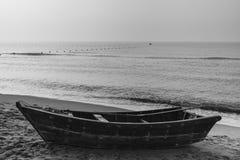 说谎在海滩的一点渔船 免版税库存照片