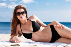 说谎在海滩的女孩 免版税图库摄影