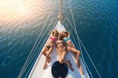 说谎在游艇的女孩 免版税库存图片