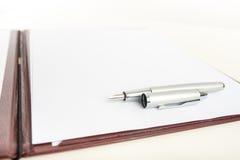 说谎在白纸的钢笔 库存图片