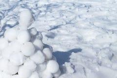 说谎在白色雪的雪球圆的土墩  图库摄影