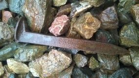 说谎在石碴的铁路钉 库存照片