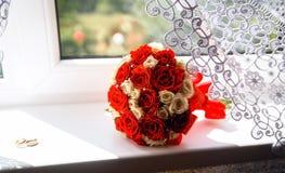 说谎在窗台的红色和白玫瑰美丽的花束  库存照片