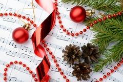 说谎在笔记板料的圣诞节装饰 库存图片