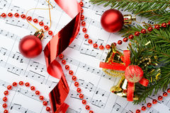 说谎在笔记板料的圣诞节装饰 免版税库存图片