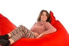 说谎在红场的少妇塑造了装豆子小布袋沙发椅子isolat 库存图片