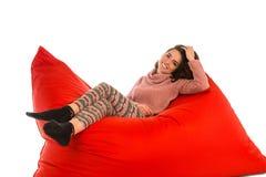 说谎在红场的逗人喜爱的少妇塑造了装豆子小布袋沙发椅子我 图库摄影