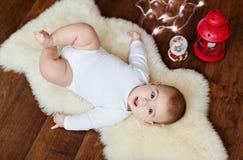 说谎在背景l的白色皮肤的小非常逗人喜爱的婴孩 库存图片