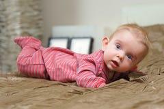 说谎在腹部的男婴 免版税图库摄影