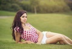 说谎在草和作的妇女 图库摄影