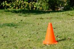 说谎在草坪的橙色交通锥体 图库摄影
