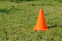 说谎在草坪的橙色交通锥体 库存图片