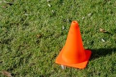 说谎在草坪的橙色交通锥体 免版税库存图片