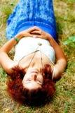 说谎在草甸的轻松的嬉皮女孩在明亮的midsommer天 库存照片