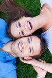 说谎在草的夫妇 免版税库存照片