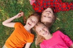 说谎在草的孩子顶视图  免版税库存照片